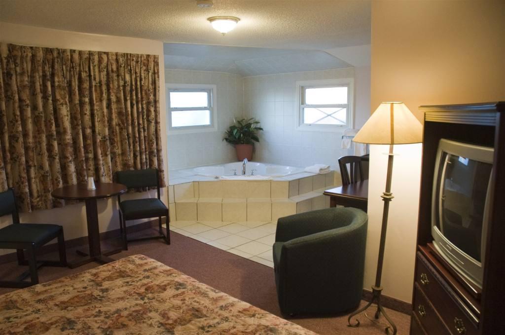 hot tub suite.jpg